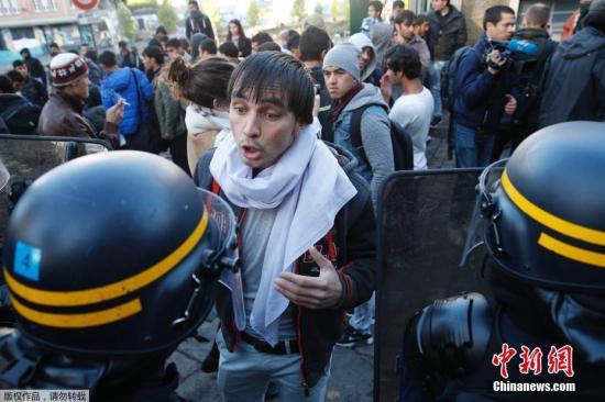 """10月31日,在法国巴黎,警方在执行清理行动。  法国从上周开始在北部加来清除""""丛林""""难民营之后,位于巴黎19区斯大林格勒地铁站附近的难民人数突然增加。从31日上午开始,法国警方在这一地区采取行动,清查难民证件,对一些非法的难民帐篷进行了清除。"""
