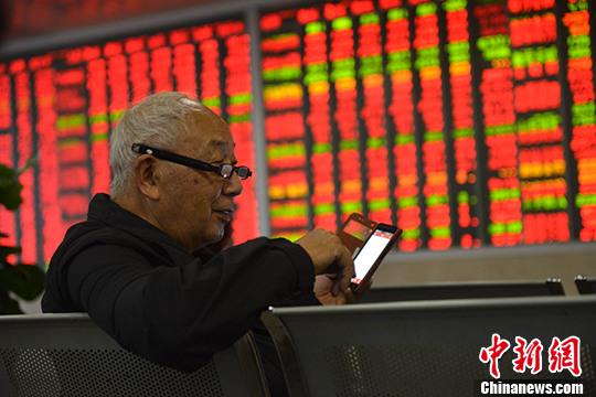 资料图:某证券营业部内的股民关注大盘走势。 中新社记者 张浪 摄