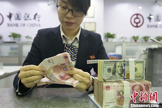 资料图:银行工作人员正在清点货币。 中新社记者 张云 摄