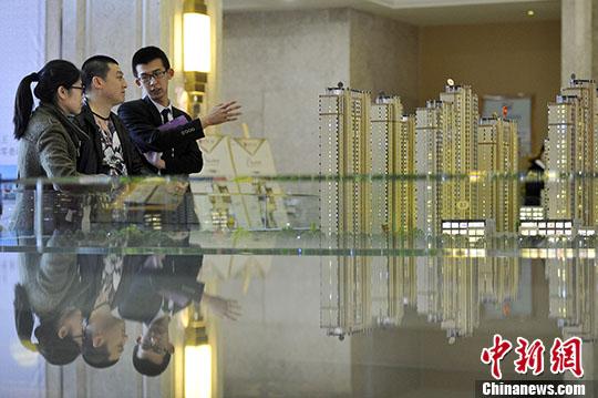 材料图:置业参谋背公众保举商品房户型。 a target='_blank' href='http://www.chinanews.com/'种孤社/a记者 韦 摄