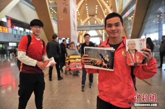 11月2日,中国国足新任主帅里皮飞抵昆明,备战11月15日同卡塔尔的世界杯预选赛。在飞机抵达前,已经有球迷来到机场守候,希望能看到里皮。<a target='_blank' href='http://www.chinanews.com/'>中新社</a>记者 任东 摄