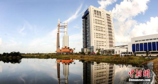 11月3日晚,中国最大推力新一代运载火箭长征五号在中国文昌航天发射场成功发射。10月28日,长征五号运载火箭在中国文昌发射场垂直转运至发射区。 孙浩 摄