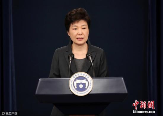 当地时间2016年11月4日,韩国,电视在直播总统朴槿惠讲话。她表示,如果国民要求的话,为查明真相,将诚实配合检方调查。