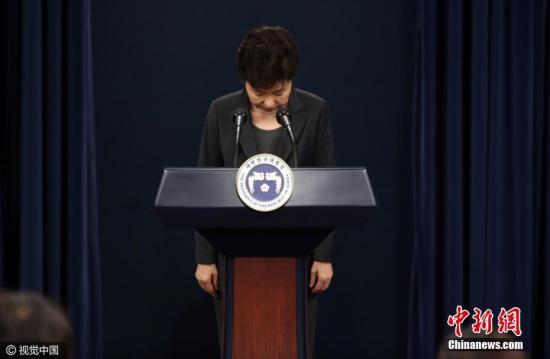 """当地时间2016年11月4日,韩国,电视在直播总统朴槿惠讲话。韩国总统朴槿惠当天发表电视直播讲话,就好友崔顺实""""幕后干政""""事件再次表达立场。她表示,如果国民要求的话,为查明真相,将诚实配合检方调查。当地时间11月4日公布的盖洛普民调结果,韩国总统朴槿惠的支持率已降至5%,创下所有韩国总统的最低纪录,凸显亲信干政丑闻对其造成的冲击。报道称,盖洛普表示,该机构在11月1日至3日访问了1005名韩国民众,结果显示89%参与调查的人不满意朴槿惠的执政表现。图片来源:视觉中国"""