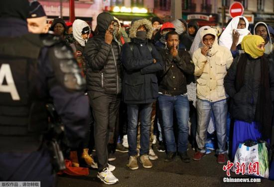 """当地时间11月4日早间,法国警方开始对巴黎市内东北部的移民帐篷营地进行疏散和清除。法国启动拆除加莱""""丛林""""营地行动以来,大批不愿接受安置的难民前往巴黎,并在市内的这处营地聚集。巴黎地区当局发言人称,被疏散的移民将乘大巴转移至巴黎地区的各个安置点,这些安置点将处理移民们的庇护申请。这名发言人还表示,目前疏散进展顺利,营地内的移民将在11月4日当天被全部转移,约600名警察被派遣至现场。据估计,巴黎市内的这营地聚集了约3000名移民。"""