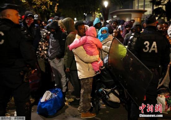 资料图:法国警方对巴黎市内东北部的移民帐篷营地进行疏散和清除。