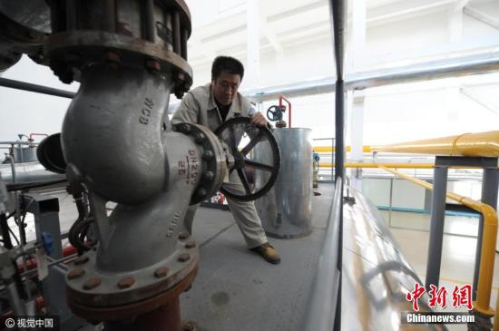 2016年11月5日,北京,居民供熱鍋爐點火試運行開始。記者瞭解到,全市今年新增供熱面積約3000萬平方米,全市總供熱面積達到8.1億平方米,其中居民供熱面積達到6億平方米。目前,今冬采暖季的供熱準備工作已基本完成。今冬采暖季全市天然氣用氣總量預計達到118億立方米,比上一采暖季增加約8億立方米。目前,全市清潔能源供熱比例提高到88%,中心城區已實現供熱鍋爐無煤化。文字來源:人民網 圖片來源:視覺中國