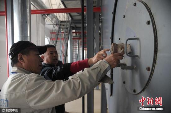 2018-12-16,北京,居民供热锅炉点火试运行开始。记者了解到,全市今年新增供热面积约3000万平方米,全市总供热面积达到8.1亿平方米,其中居民供热面积达到6亿平方米。目前,今冬采暖季的供热准备工作已基本完成。今冬采暖季全市天然气用气总量预计达到118亿立方米,比上一采暖季增加约8亿立方米。目前,全市清洁能源供热比例提高到88%,中心城区已实现供热锅炉无煤化。文字来源:人民网 图片来源:视觉中国