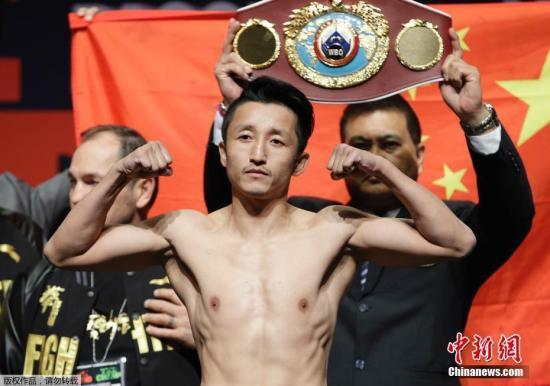中国职业拳手邹市明首次夺得WBO(世界拳击组织)蝇量级世界拳王金腰带。 资料图