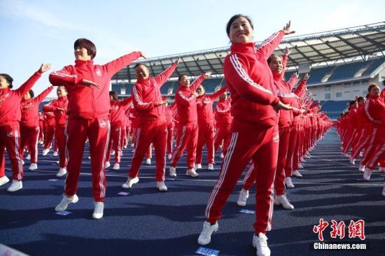 资料图:跳广场舞的女性。中新社记者 赵隽 摄