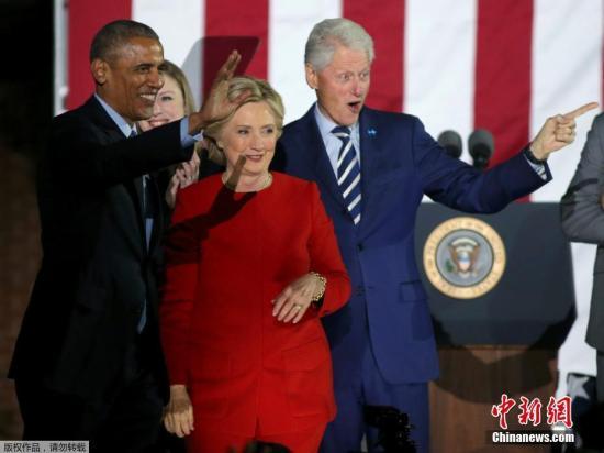 美国总统选举将在当地时间11月8日迎来投票日,美国总统候选人希拉里与特朗普仍在举行大选前最后一天的竞选活动。图为美国总统奥巴马(左),美国前总统克林顿(右)共同为希拉里助阵。