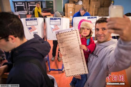 美国在当地时间11月8日举行总统选举,将选出美国总统、众议院全体人员和三分之一参议员、12个州的州长以及44个州的86个立法机构成员。图为一位美国男子带孩子参加选举。