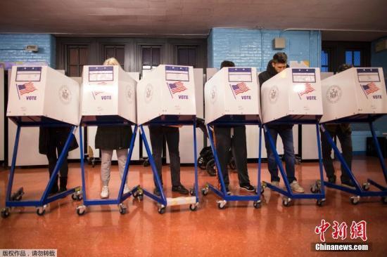 美国在当地时间11月8日举行总统选举,将选出美国总统、众议院全体人员和三分之一参议员、12个州的州长以及44个州的86个立法机构成员。图为美国民众在纽约布鲁克林区的投票站填写表格。