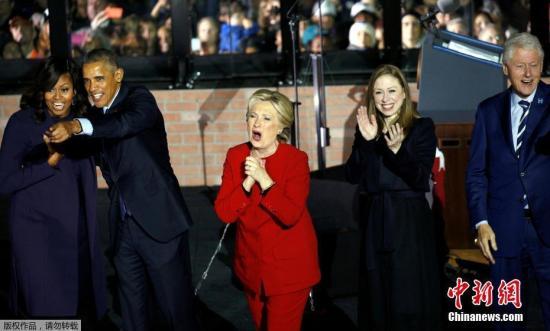 美国总统选举将在当地时间11月8日迎来投票日,美国总统候选人希拉里与特朗普仍在举行大选前最后一天的竞选活动。图为美国总统奥巴马(左二),美国前总统克林顿(右一),美国第一夫人米歇尔(左一)共同为希拉里助阵。
