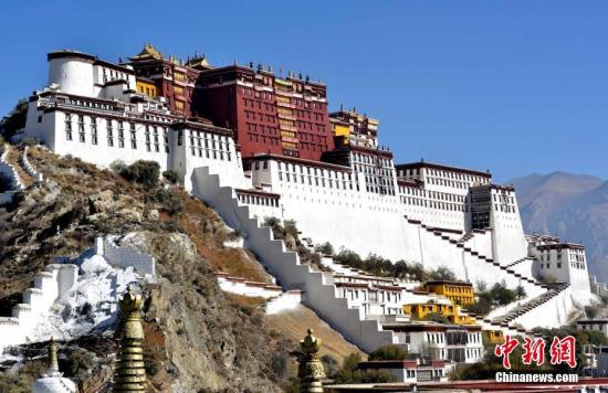 """11月9日,粉刷一新的布达拉宫。按照藏传佛教传统,每年藏历九月二十二日为""""神降节"""",相传是佛祖释伽牟尼重返人间的日子。今年的""""神降节""""是公历11月21日,为迎接""""神降节""""的到来,工作人员历时10天把布达拉宫外墙粉刷一新,期间信众会自发捐送牛奶、红糖等用作涂料。<a target='_blank' href='http://www.chinanews.com/'>中新社</a>记者李林摄"""