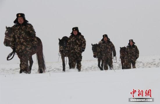 11月10日,新疆阿勒泰地区连降大雪,新疆公安边防总队阿勒泰边防支队托普铁热克边防派出所官兵克服道路艰险、气候严寒等困难,通过骑乘军马和徒步的方式进入中哈边境一线,实地察看重点通外山口和要道,全面掌握边境一线动态,严防不法分子潜入潜出,确保边境地区安全。石晓坤 摄