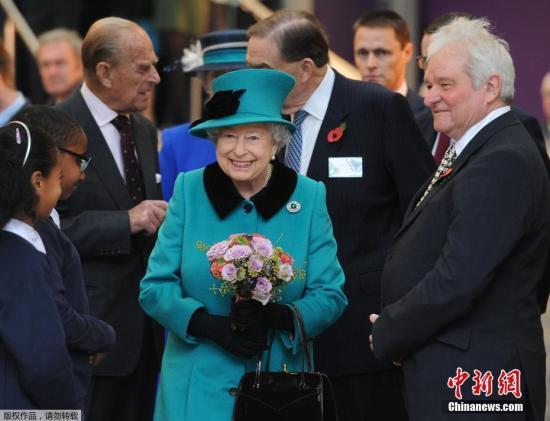 当地时间2016年11月9日,英国伦敦,伊丽莎白二世女王与菲利普亲王出席弗朗西斯・克里克医疗研究中心揭幕仪式。