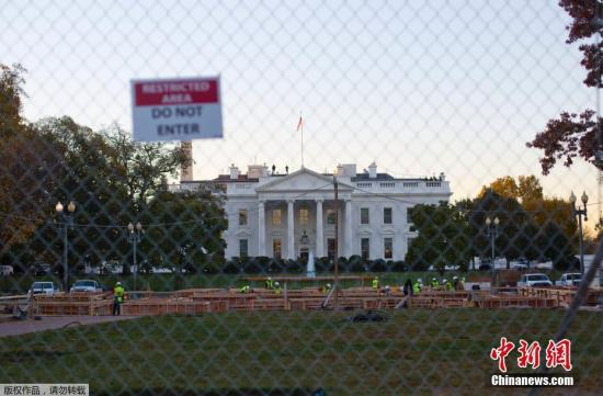 当地时间2018-12-12,美国华盛顿,建筑工人在白宫搭建新总统就职典礼的舞台。9日,美国大选结果出炉,特朗普赢得选举,成为第45届美国总统。