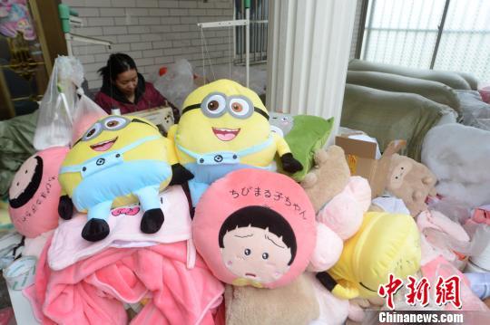 资料图:扬州一电商赶制毛绒玩具。 孟德龙 摄
