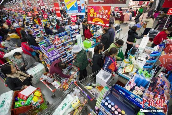 资料图:,山西太原某超市正在进行打折促销活动,大量民众前来购买生活用品,场面十分火爆。张云 摄