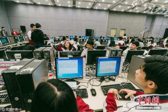 资料图:一家服装品牌总部内一片忙碌。图片来源:视觉中国