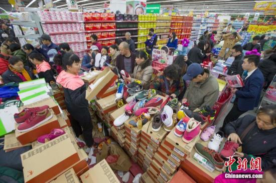 资料图:民众在超市购买生活用品。张云 摄
