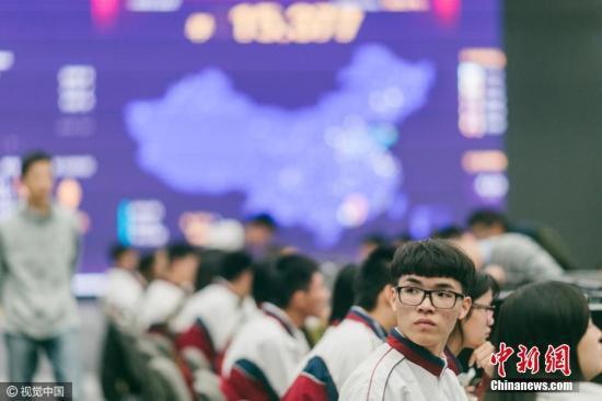 2016年11月10日,广东省惠州市,迎战双11,当地一家服装品牌总部内,销售、客服、仓储、物流等部门已经是一片忙碌,各项工作准备就绪。该公司为所有加班人员都发放了饮品作为双11装备。为了保障服务效率,特意从惠州市技师学院请来156名学生支援做客服。图片来源:视觉中国