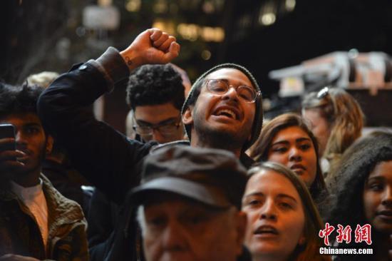 众多民众聚集在特朗普大楼附近街道抗议特朗普。 <a target='_blank' href='http://www.chinanews.com/'>中新社</a>发 袁月明 摄