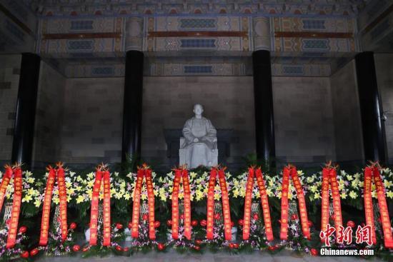 11月12日是孙中山先生诞辰150周年纪念日,江苏省暨南京市各界人士拜谒南京中山陵。 中新社记者 泱波 摄