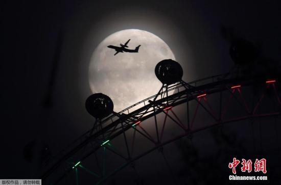 资料图:去年11月在英国伦敦出现的超级月亮。