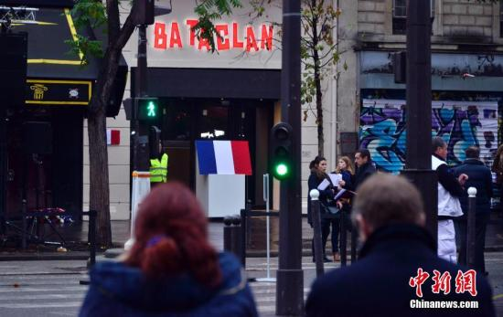 纪念牌、鲜花、气球、蜡烛……2016年11月13日,巴黎系列恐怖袭击一周年之际,法国民众以各种方式,追悼和纪念一年前死于恐怖分子枪击和爆炸的130名逝者。<a target='_blank' href='http://www.chinanews.com/'>中新社</a>记者 龙剑武 摄