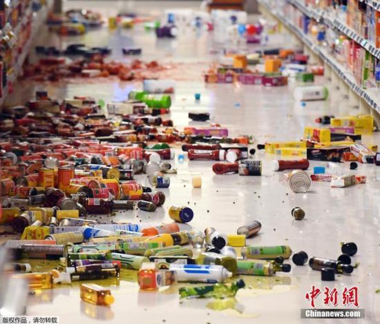资料图:地震发生后一超市的商品散落一地。