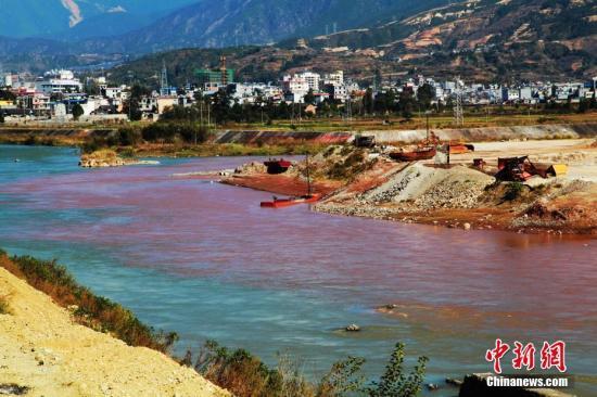 资料图:四川凉山冕宁县泸沽镇的安宁河段河水呈现一半清水一半红水,。据当地群众介绍,该支流为孙水河,上游在大山深处,一旦上游下雨或下雪就会发生这种情况,外边的人不了解的话就会误解为是工业废水污染。<a target='_blank' href='http://www.chinanews.com/' _cke_saved_href='http://www.chinanews.com/'>中新社</a>发 高寒 摄 图片来源:CNSPHOTO