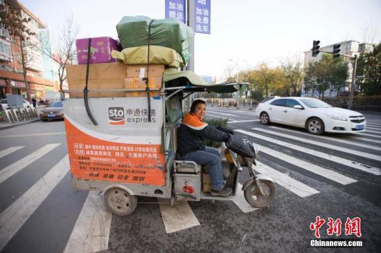 图为山西太原,一辆满载包裹的快递配送车。 张云 摄