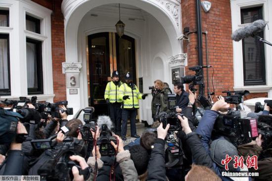 """当地时间11月14日,瑞典首席检察官英格丽德·伊斯格伦抵达厄瓜多尔驻英国大使馆。""""维基解密""""网站创始人阿桑奇悬而未决的性侵案出现新进展,瑞典检方当日在厄瓜多尔驻英国大使馆对阿桑奇展开问讯,迈出对阿桑奇提请刑事诉讼的重要一步。"""