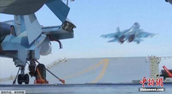 资料图:俄军战机从航空母舰上起飞,打击叙境内IS指挥部等目标。