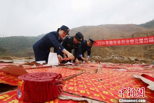 资料图:广西执法人员清理查获的非法烟花爆竹。 谭凯兴 摄