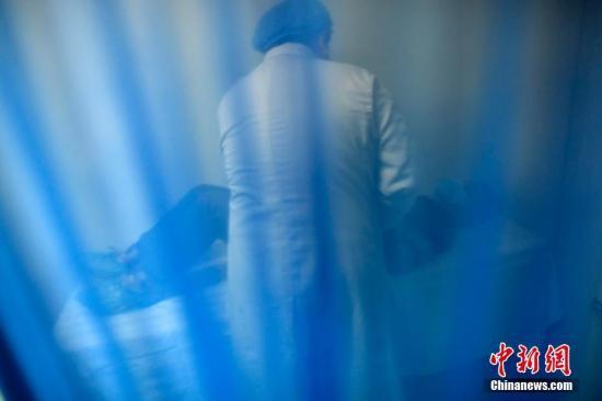 11月17日,山西太原,山西省人类精子库医务人员为前来捐献精子的民众检查身体。山西省人口计生委科学研究所下属的人类精子库,自从2006年成为中国第五个正式运行的人类精子库后,10年间,这一神秘场所由刚开始的不为人所知,发展到现在的捐精者络绎不绝,帮助诸多不育不孕家庭实现了做父母的梦想。 韦亮 摄