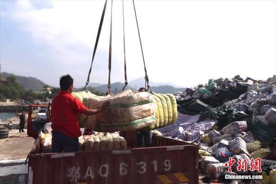 11月17日,深圳海关在盐田、南山垃圾焚烧发电厂销毁进口走私废旧衣物1046吨。据了解,这批进口走私废旧衣物是今年6月及9月由深圳市公安边防支队在深圳海域截获并移交海关处置。图为深圳海关在土洋码头组织销毁行动。 <a target='_blank' href='http://www.chinanews.com/'>中新社</a>记者 陈文 摄