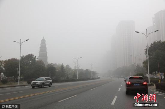 资料图:大气污染黄色预警下的城区,能见度不足200米。图片来源:视觉中国