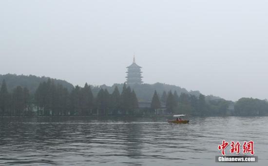 图为轻雾笼罩之下的杭州西湖雷峰塔愈显静美。 王刚 摄