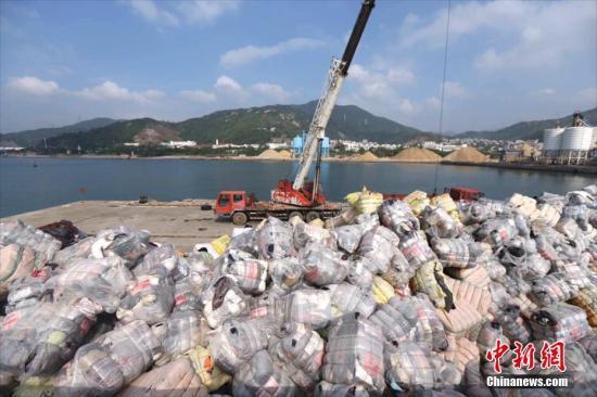 """资料图:深圳海关在土洋码头组织""""洋垃圾""""销毁行动。 中新社记者 陈文 摄"""