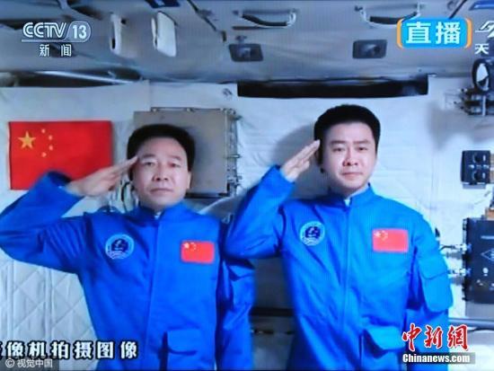 太空中的景海鹏(左)与陈冬(资料图)。图片来源:视觉中国