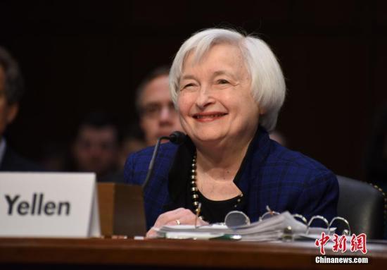 """当地时间11月17日,美联储主席耶伦在华盛顿出席美国会联合经济委员会举行的听证会,展望美国经济状况。她表示,美联储可能将于""""近期""""加息。这是耶伦自美国总统大选结束以来的首次公开表态。图为耶伦在听证会现场。中新社记者 张蔚然 摄"""