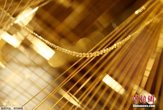 资料图:纯金装饰品。在银座一家百货商店售卖,圣诞树由19公斤黄金装点,售价180万美元(约合人民币1240万元)。