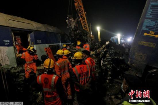 当地时间11月20日,印度北部发生快速列车出轨事件,目前已经造成至少120人丧生和超过200人受伤,这也是印度老旧铁路系统近年最严重灾难,救难人员还在列车残骸中搜寻生还者。