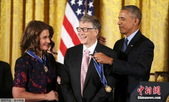 資料圖:當地時間2016年11月22日,美國總統奧巴馬在白宮為比爾·蓋茨夫婦頒發總統自由勛章。