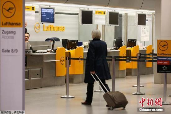 (资)(料)图:德国柏林,一(名)旅(客)(从)汉莎航空值(机)(柜)台前(走)过。