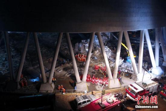 11月24日晚,搜救人员正在现场对失联人员进行搜救。当天上午7时30分许,江西省宜春丰城电厂三期扩建工程D标段冷却塔平桥吊倒塌,造成模板混凝土通道坍塌。截至当晚18时许,事故已导致67人遇难,2人受伤,另有1人正在搜救中。 刘占昆 摄
