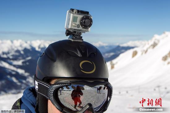 资料图:新手们在雪地里翻滚,高段位的滑雪者已经全副武装,用运动摄像机记录下自己的轨迹,然后发布在网络让众人膜拜。图为2014年1月7日,在法国阿尔卑斯山的滑雪胜地Meribel峡谷,一名滑雪者在头盔上安装GoPro摄像机。